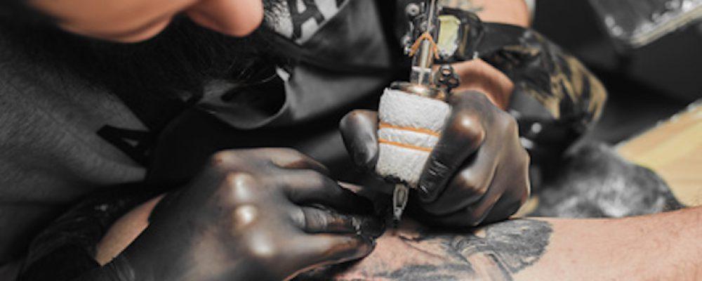 Tattoo-Forschung: Warum bleibt ein Tattoo in der Haut?